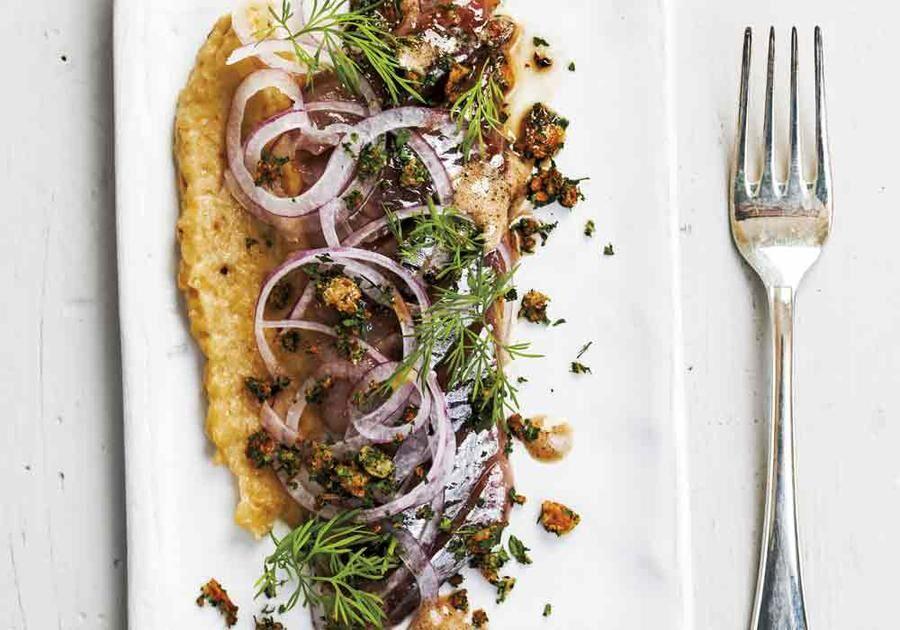 Finhacka gul lök, pudra lite majsena över och fritera löken gyllenbrun. Lyft upp med hålslev och låt rinna av på hushållspapper. Salta lätt.