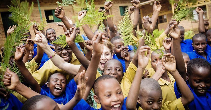 Helen Sjöholm kämpar för barnen i östra Afrika tillsammans med We Effect.