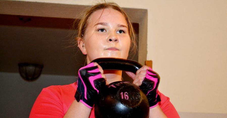 Emilia Tenevall leder en del av träningspassen i Juoksengi.