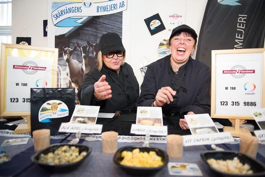 Hög stämning i Skärvångens gårdsmejeris monter. Foto: John Guthed.