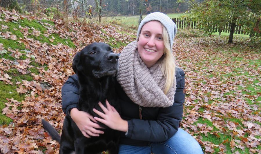 Just nu är Denise Eriksson hemma på föräldrarnas gård, men snart går färden ner till Sydafrika och noshörningarna hon kämpar för att skydda. Hunden Loke får inte följa med. Foto: HÅKAN STEEN