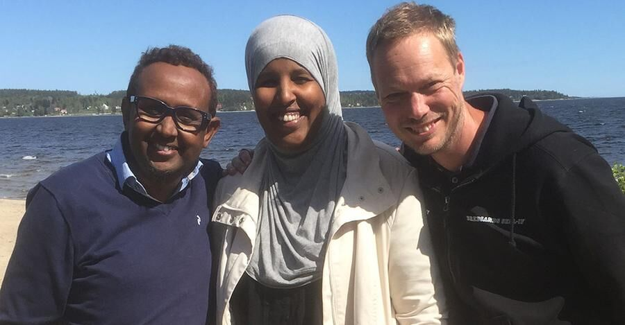 Bredsand skolans brobyggare Abdi Moalin och Kaltun Alibashi, samt vicerektor Johan Karlsson.