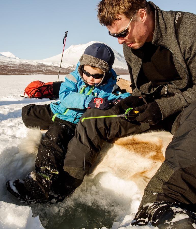 Pimpelfiske. Pappa Jakob och 3-årige John fiskar röding.