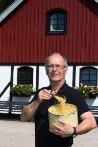 """Per Månsson sade upp sig som datatekniker och fick i stället den fina titeln """"alltmöjligman"""" hemma på Flädergården. Foto: Eva Finder"""