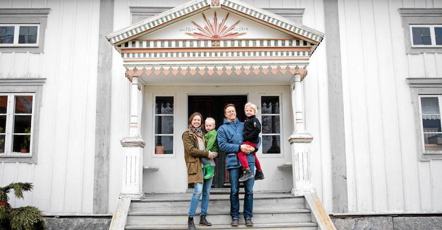 Den tolfte generationen på Hälsingegården Skogens, Elin, Henrik, och deras slner Helmer och Frans.