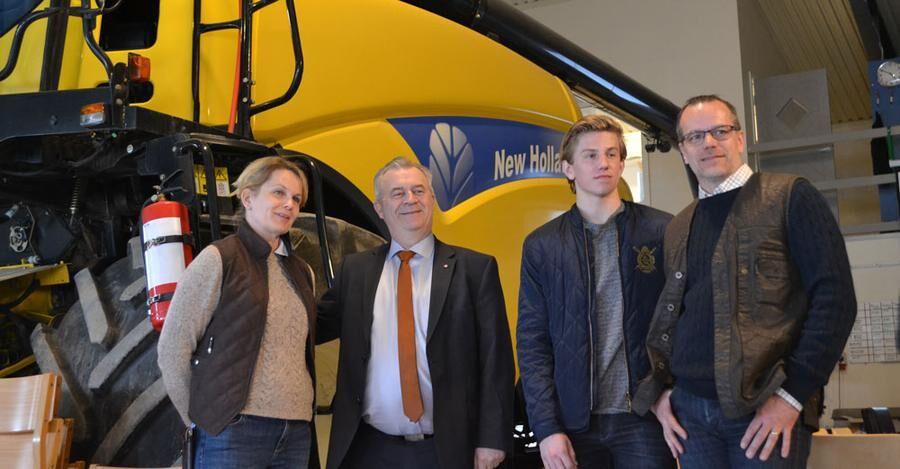 Efter Karola och Peter Reuterströms presentation av Stora Lövhulta gård är det dags för en snabb gruppfotografering.