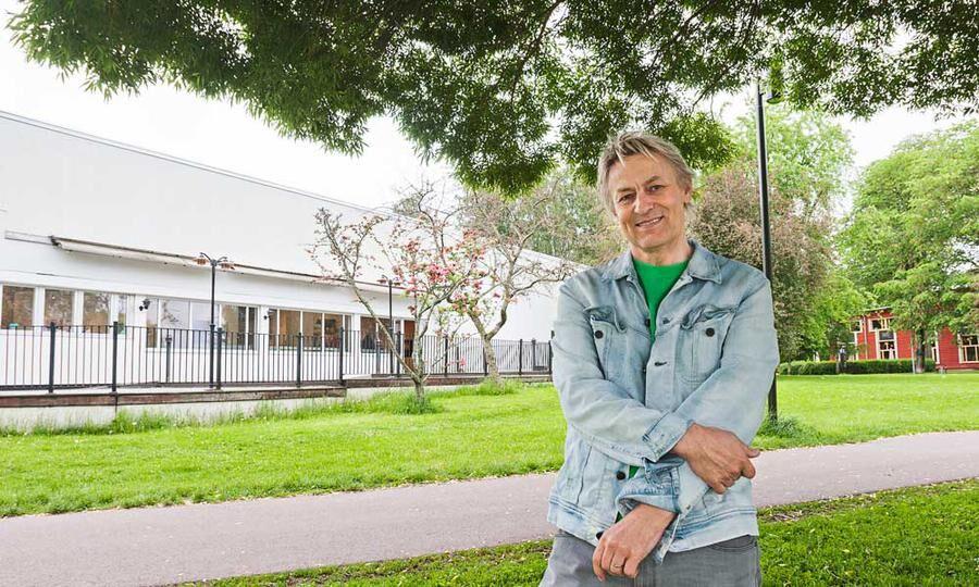 EGET MUSEUM. Det är få svenska konstnärer förunnat att ha sitt eget museum. Lars Lerin hör till den lyckliga skaran. Här framför sitt Sandgrund mitt i Karlstad.