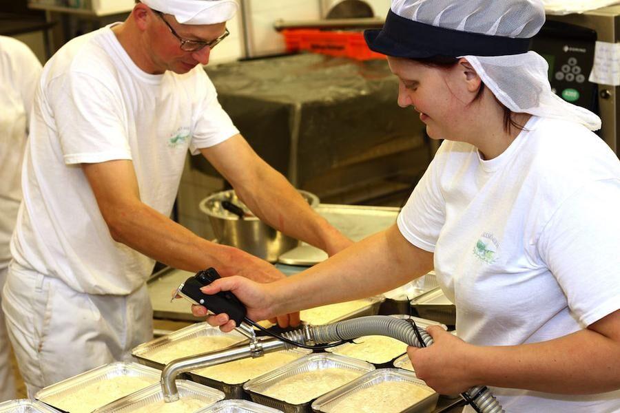 Familjeaffär. Linnea portionerar ut smet tillsammans med sin bror Mikael.