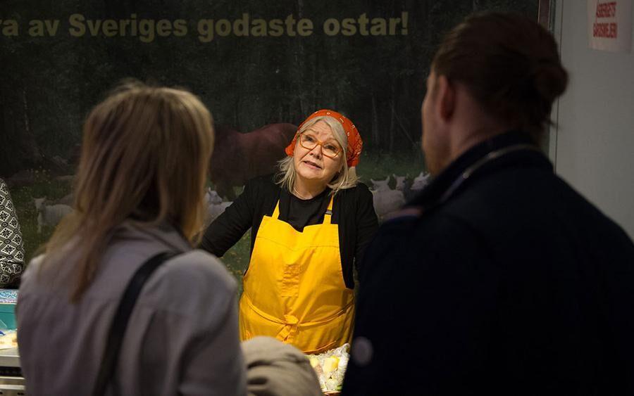 Intresserade besökare lyssnar på ostmakare från hela landet. Foto: John Guthed.