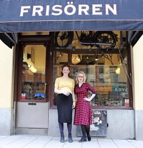"""Sarah Wing (till höger) och den nystylade Lina Östh utanför Retroella i Stockholm. Hit kommer kunder i alla åldrar. """"Många vill ha en frisyr från en tid som man kan romantiserar kring."""""""