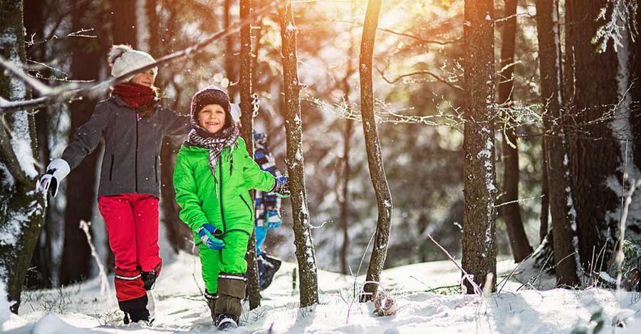 Så här lyckliga kan barnen bli av att komma ut i skogen när du är ute och plockar barren.