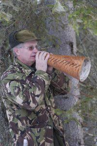 Gunnar Sundh har gjort en lur i näver för att förstärka ljudet.