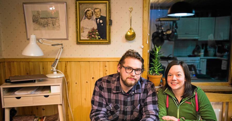 Morföräldrarna på fotot i bakgrunden. Hans och Malene har tagit över den lilla släktgården i Kurkkio.