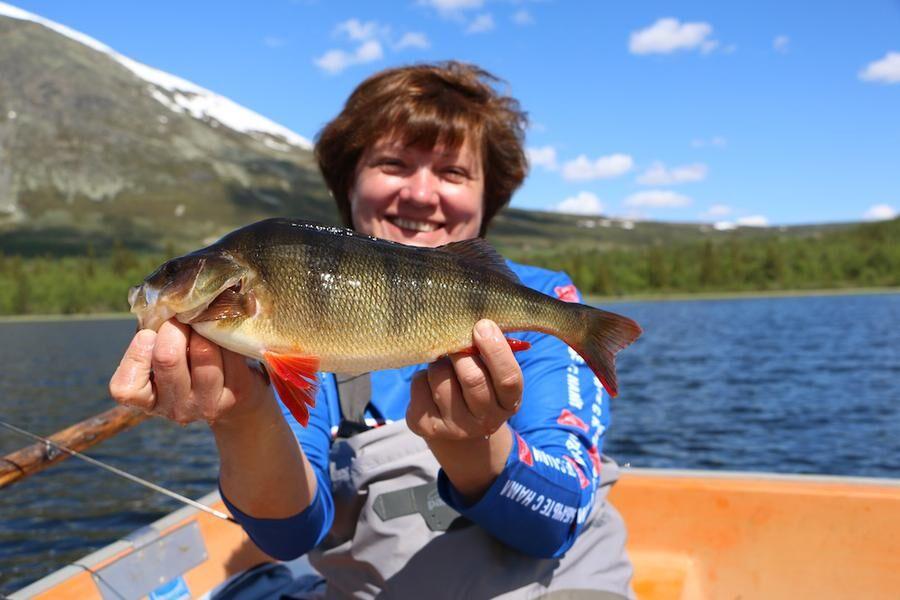 Rysk glädje. Elena Chekmareva från Ryssland på strålande humör med en fin norsk abborre i händerna.
