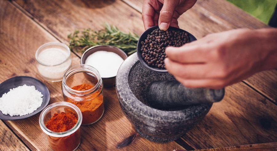 Nymald eller mortlad svartpeppar ska det vara för bäst effekt.