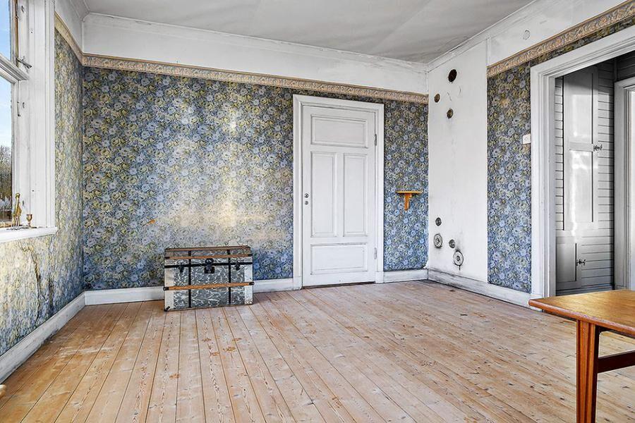 Bevarade tapeter i allrummet.