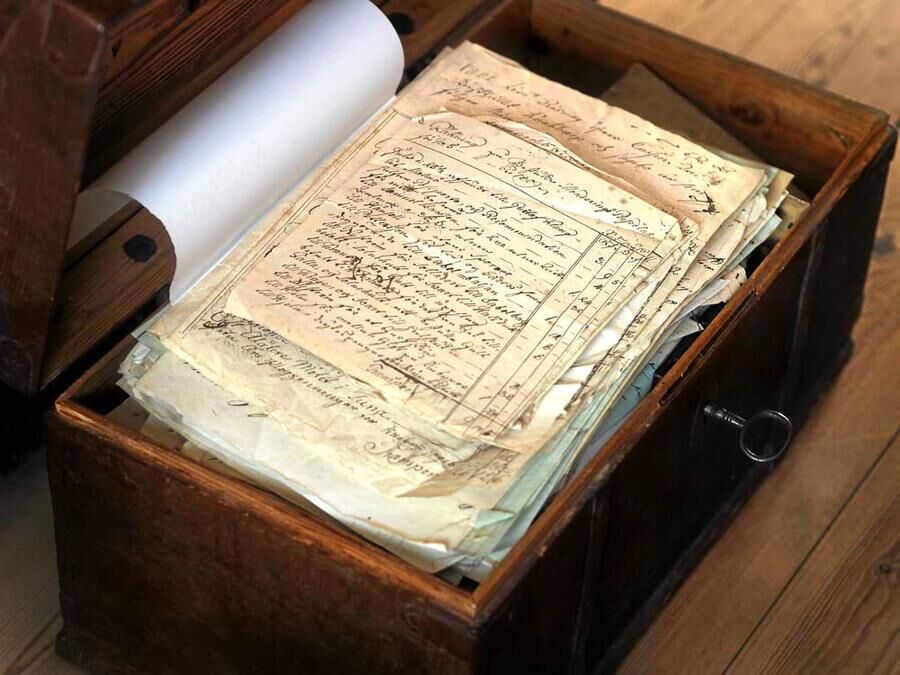 Flera hundra år av släktens historia ligger samlade som gulnade dokument i en kista på gården, redo för ättlingar att läsa.