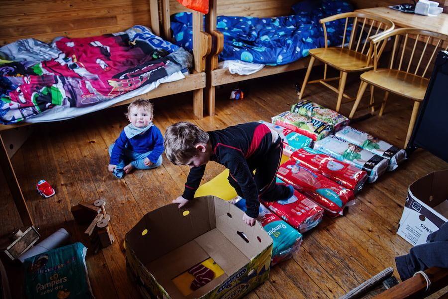 Blöjlager. Anton och John inne i stugan, där föräldrarna bunkrat blöjor.