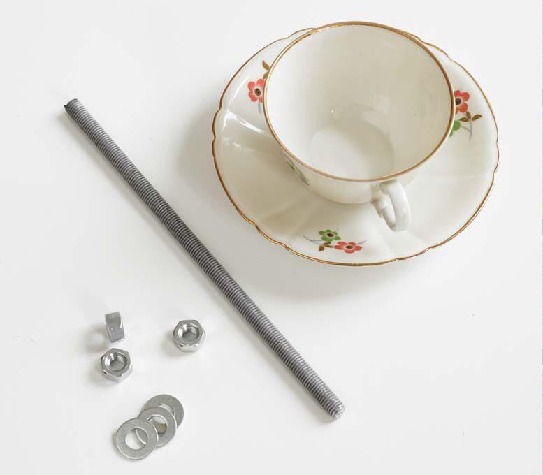 Land.se beskriver hur du kan göra en fågelmatare av en gammal kaffekopp.
