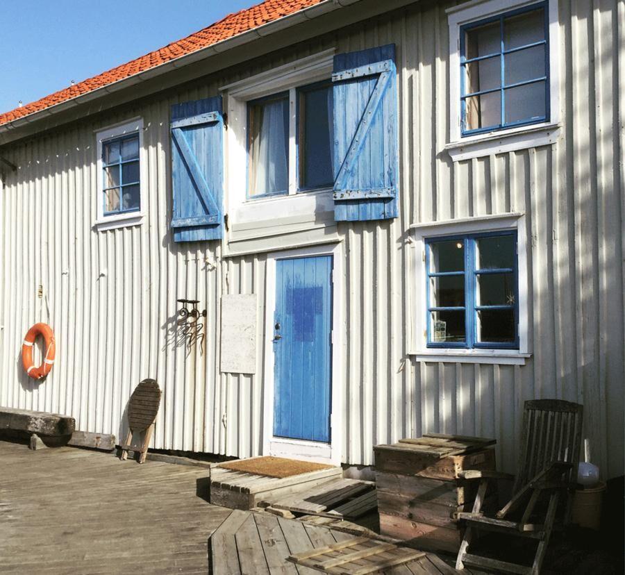 Linnéa och Jonas har sin bas och sitt lager med torkad tång i Tångmagasinet i södra hamnen i Havstenssund. Foto: Catxalot