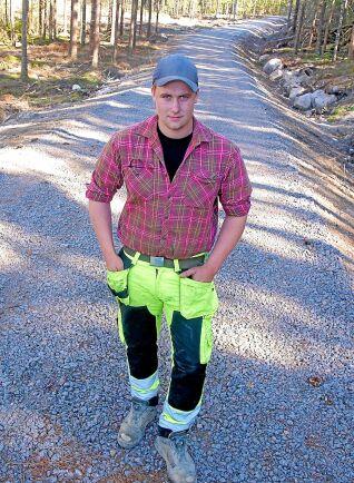 Joakim Nelsson är lika intresserad av att bygga vägar som sin pappa och sin farfar.