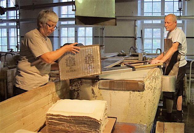 Pappersmästarna Lisbeth Karlsson och David Humel formar och guskar papper.
