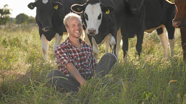 Mjölkbonden Simon Ohlsson arbetar tolv-tretton timmar per dag på sin gård på Öland.