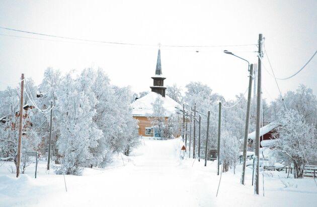 Bland det första som möter en när man rullar in i Lannavaara är den charmiga gamla träkyrkan.