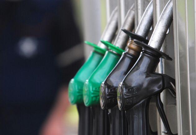 Det är första gången sedan september förra året som literpriserna på diesel och bensin ligger så nära varandra. Arkivbild.