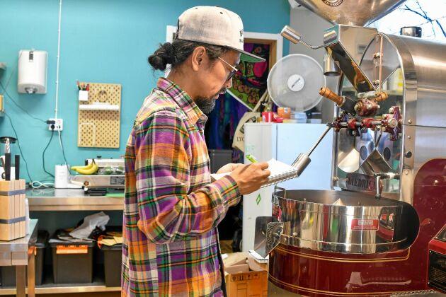Varje omgång kaffe rostas försiktigt och noggrannt av Budha.