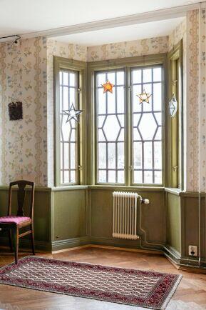 Vackert utsmyckade fönster i salongens burspråk på andra våningen. Och tapeterna är de originaltapeter man fann i hotellets festvåning.