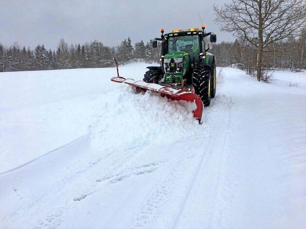 Vägen ska röjas när det fallit tre centimeter snö men när det är särskilt besvärligt väder slopas den regeln. Förutom jourersättning betalas en timpenning vid körning.