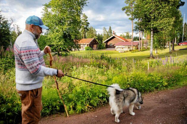 Ulf älskar att ta dagliga långpromenader med Cheya.