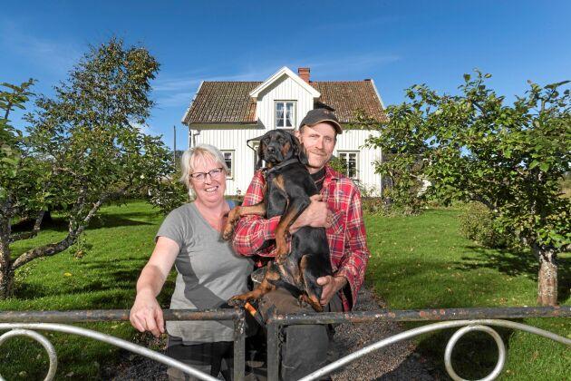 Lena och Torbjörn med sin hund Pysen. De njuter av sitt liv på gården, trots att arbetstimmarna är många.
