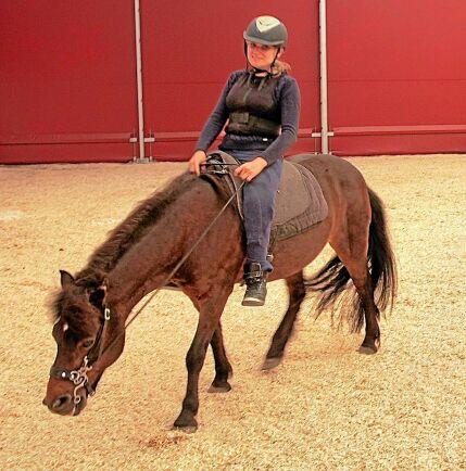 För Linn Nilsson betyder den akademiska ridkonsten oerhört mycket. Både för att det är roligt och för att rörelserna stimulerar hennes kropp.