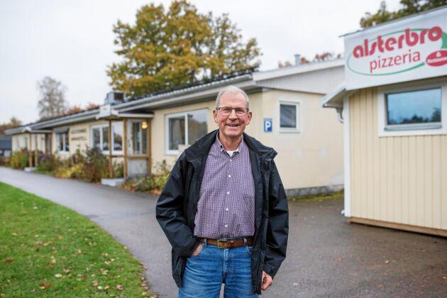 Kjell Kristiansson framför läkarstationen, minihotellet och pizzerian. Han är en av de mest drivande bakom Alsterbros positiva utveckling.
