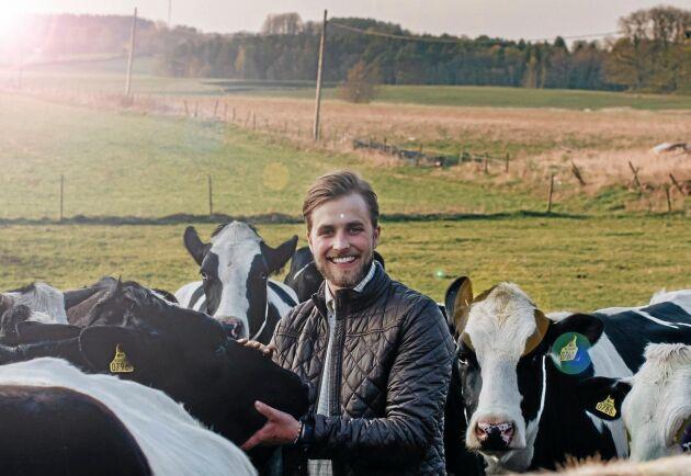 Joacim Rickling, känd från Bonde söker fru, är programledare för serien.