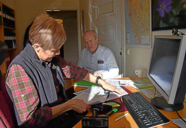 Det tar ett par timmar för Elisabeth Thisner, Hushållningssällskapet Skara, och Inge Johansson, lantbrukare i Tidaholm, att göra SAM-ansökan.