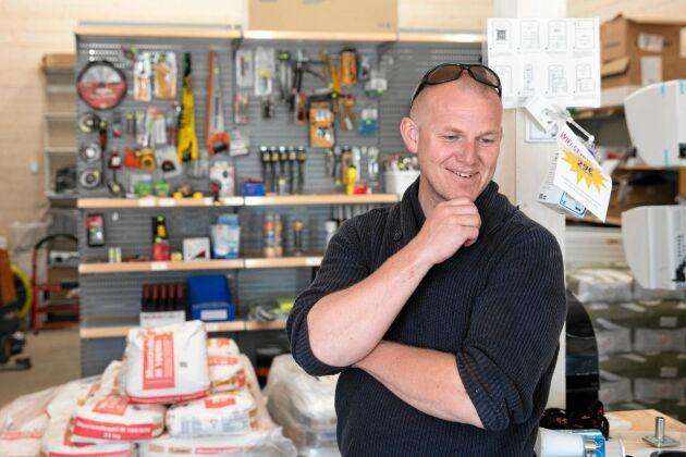 En stor hall att jobba i på vintern har Johannes byggt, med tillhörande byggvarubutik.
