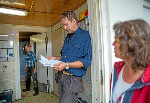 Tredje generationen. Förutom Anders Bergström (mitten) och Ulla Bergström jobbar på familjegården även Jonas Ståhl (t.v.) med de 74 mjölkkorna.