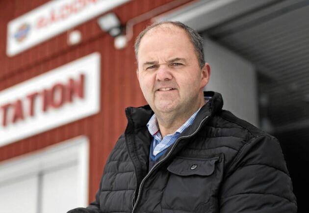 Stefan Hederdal är inte bara engagerad i Töllsjös brandvärn skola och matbutik. Han är även nyutsedd ambassadör för hela Bollebygd och nu även nominerad finalist till Hela Sveriges Land-stipendium.
