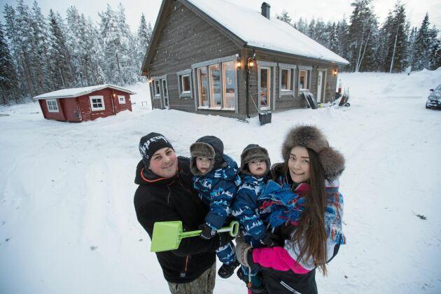 Rickard Johansson och Anna-Mi Svedjekrans hittade sin drömplats vid den lilla sjön Kvarnträsket, för sig och sina tvillingpojkar Leon och Kion två och ett halvt år gamla.