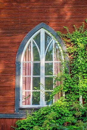 Vackra, höga fönster –som vittnar om husets tidigare roll som kyrka.