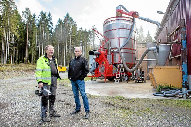 Lantbrukaren Nils Gunnar Mattsson och Lantmännens regionchef Hans Westbomvid den mobila torken som står uppställd på Nils Gunnars gård i Västerbotten.