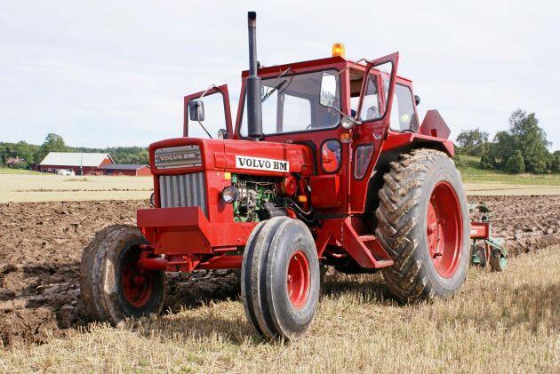 En fin T 800 bör väl visas upp på en veteranplöjning. Många uppskattar motorljudet i lastbilsmotorn från Volvo.