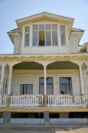 Huset är slitet men välbyggt och fullt att vackra detaljer och snickarglädje.
