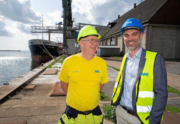 """""""Mycket sol höjer både olje- och proteinhalten och det gillar vi. Sedan får det inte bli för torrt för då blir det andra problem"""", säger Anders Holmqvist (till höger), chef för affärsområdet Tekniska Produkter & Foder på AAK. Till vänster Tomas Gylling, seniorrådgivare."""