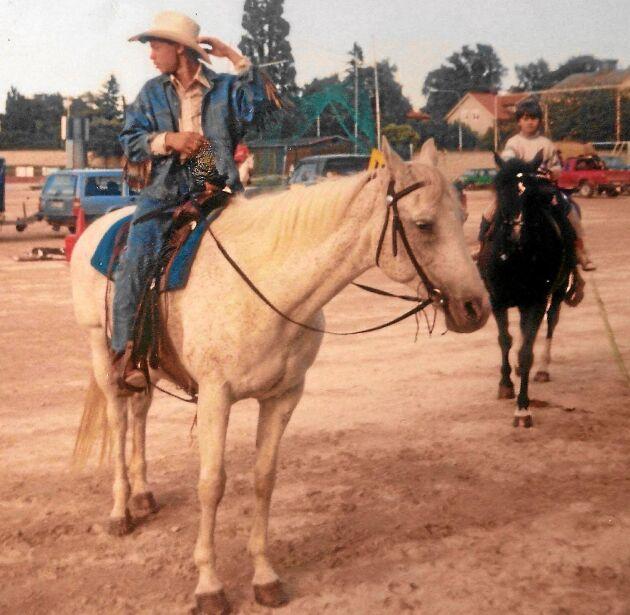 En 6 -årig Moreno, på hästen i bakgrunden, var redan en duktig ryttare. I förgrunden storebror Cannon.