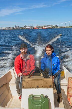 Till Sandön kommer Elin och Daniel med båt från Strömören i Luleå, där även bogserbåtarna ligger.