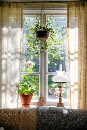 Fönster, golv och lister i torpet är bevarade, även de skeva och vinda, för att fånga husets levande känsla.